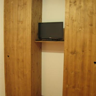 TV dans espace salon-couchage