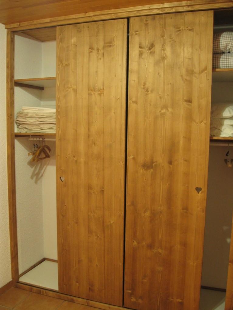 placards penderies dans espace salon-couchage